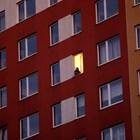 Жена гледа филм, прожектиран върху сграда по време на огнището на COVID-19 в Прага. Снимки: Ройтерс