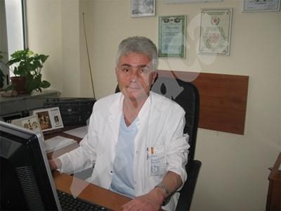 Д-р Светлин  Николов от ВМА обяснява необходимостта от експерименти с прострелване на желатинови блокчета и животни.