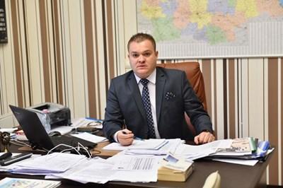 Зам.-кметът на Сливен Румен Иванов обяви новината, че 2 ромски деца са отнети от семействата им за фалшива и призова за спокойствие, а учениците да се върнат в класните стаи. СНИМКА: Архив