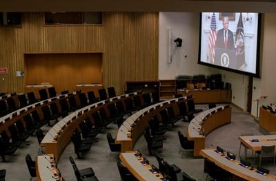 Президентът на САЩ Доналд Тръмп e на екран в празна конферентна зала, докато произнася предварително записаното си обръщение до 75-то годишно Общо събрание на ООН в централата на ООН. Снимка: Ройтерс
