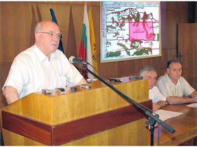 Проф. Константин Щерев обяснява пред съветниците опасностите при проучванията и добива.   СНИМКА: СТОЯН НИКОЛОВ