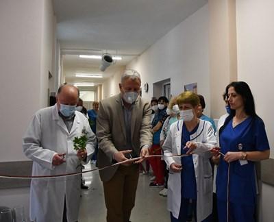 Кметът на Разлог Красимир Герчев и директорът на болницата д-р Велев откриха обновеното отделение.