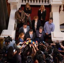 Пламен Николов обяви имената на министрите на стълбите в парламента.  СНИМКИ: ВЕЛИСЛАВ НИКОЛОВ