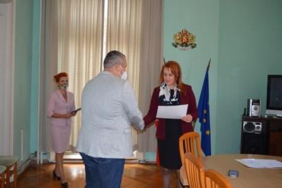 Д-р Георги Паздеров получава отличието от областния управител Мария Нейкова.