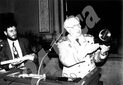 Маршал Куликов говори пред Атлантическия клуб. Вляво е президентът на клуба Соломон Паси.