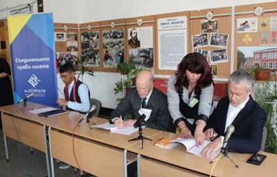 """Симеон Сакскобургготски и Соломон Паси преподписват символично в гимназия """" Ив. Аксаков"""" в Пазарджик договора за присъединяването на България към ЕС. Най-вляво е ученикът Трифон Ангелов, на когото Соломон Паси преметна през врата вратовръзката си, с която е бил на действителното подписване на договора за присъединяването ни"""