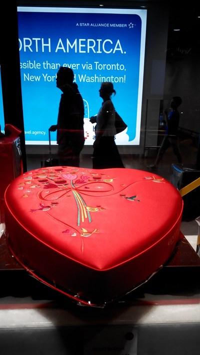 """Така изглежда кутия шоколадови бонбони с камъни """"Сваровски"""" на път за Америка на летището в Брюксел. СНИМКИ: АВТОРЪТ"""