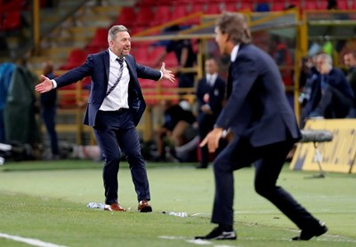 Треньорите на Полша Йежи Бжечек (вляво) и на Италия Роберто Манчини се ядосват край терена в мача от Лигата на нациите. СНИМКА: РОЙТЕРС