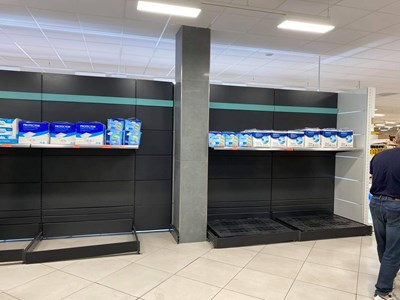 Рафтовете в магазините в Малага, Испания, се опразват следобяд. Снимки: Красимира Кирилова