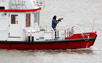 Актьор играе ролята на терорист по време на учение на кораб по р. Темза в Лондон.