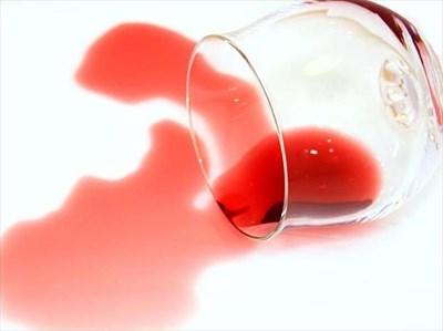 Леке от червено вино трудно се маха.