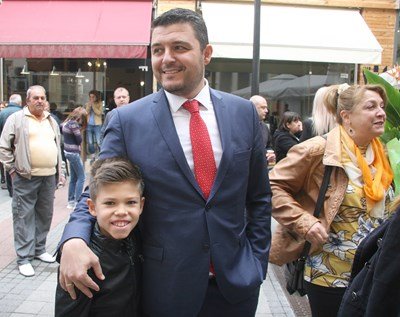 """Новият кмет на """"Родопи"""" Павел Михайлов преди първата сесия с един от двамата си синове СНИМКА: Евгени Цветков"""