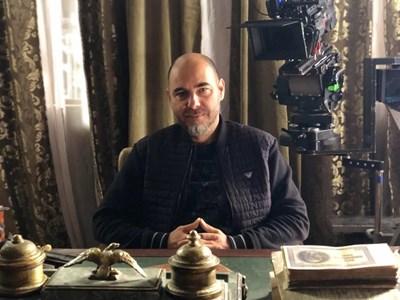 """Георги Костов в кабинета на Атанас Буров по време на заснемането на """"Останалото е пепел"""""""
