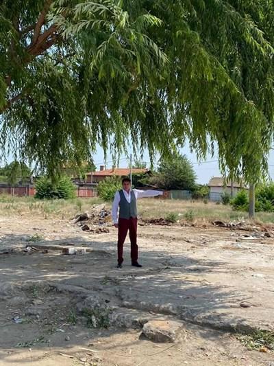 Кметът Георги Мараджиев показва разчистения терен.