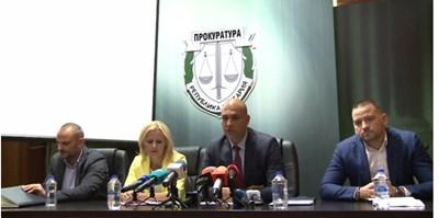 Прокурори и полицаи разказват за разследването срещу бандата.
