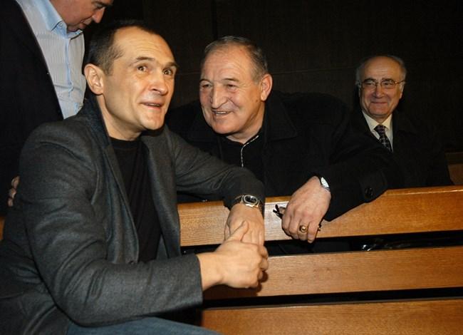 """Димитър Пенев разговаря приятелски с Божков в съдебната зала на процеса за източването на """"Кремиковци""""."""