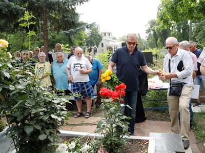 Наско Сираков поднесе цветя на гроба на Георги Аспарухов и Никола Котков на годишнината от гибелта им в автомобилна катастрофа.  СНИМКА: КЛУБЕН САЙТ