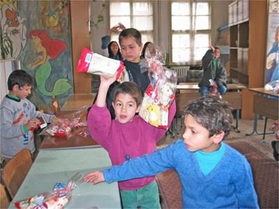 Децата от дома за сираци във Видин са щастливи, когато получават подаръци.  СНИМКИ: АВТОРЪТ И АРХИВ