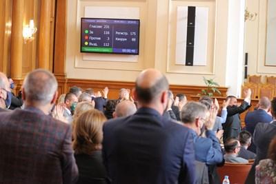 Депутатите от ИТН скочиха на крака и ръкопляскаха след приемането на текста да няма ограничения за броя на секциите в чужбина.  СНИМКА: РУМЯНА ТОНЕВА