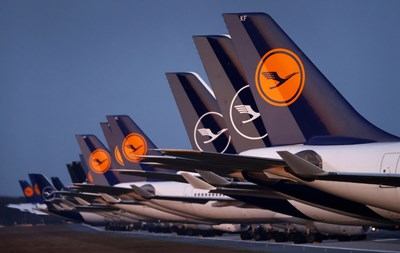 """Самолети на """"Луфтханза"""" са паркирани на затворена писта на летището във Франкфурт заради кризата с коронавируса. СНИМКИ: РОЙТЕРС"""