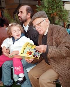 Валери Петров със своя почитателка.