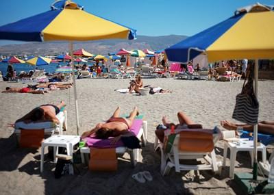 """Надпис в хотел на Слънчев бряг: """"Хотелът няма да работи през юли и август. На почивка сме в Гърция."""" СНИМКА: РОЙТЕРС"""