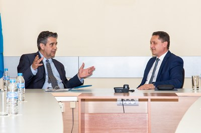 Посланикът (вляво) с ректора на ПУ