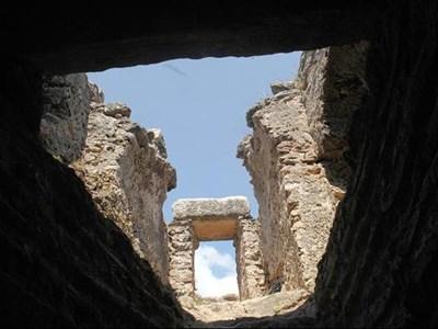 Поглед нагоре от подземните нива на Парорийския манастир СНИМКА: ПИЕР ПЕТРОВ