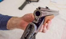 Мъж с пушка влетя в къща с три деца да раздава правосъдие