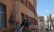 Изрисуваха лика на Климент Охридски с принтер на фасадата на училище (Видео)