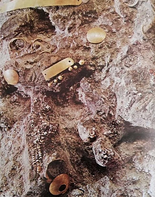 Златната маска е открита в гроб 31.