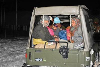 Армейски части откарват част от спасените туристи.