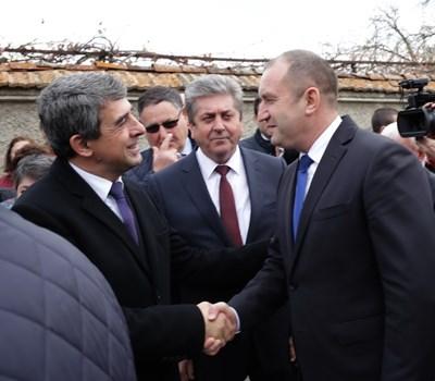 Първанов (в средата) посочи, че д-р Желев е личност, която остава в историята на българския преход със своята смелост, решителност, с характера и волята си. Снимка прессекретариат на президента Румен Радев.
