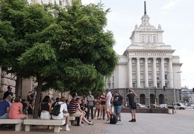 Туристи разглеждат ларгото на София. СНИМКА: Десислава Кулелиева