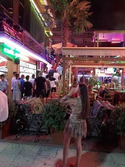 Младежи се редят на опашка пред нощен клуб в Слънчев бряг, за да влязат на концерт. СНИМКА: Димчо Райков