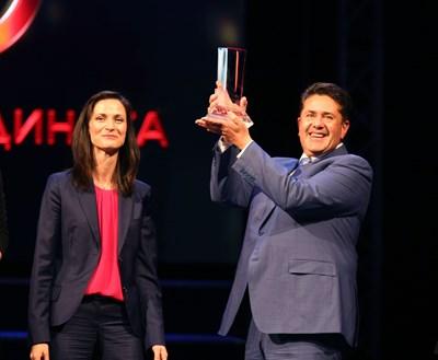 """Арх. Пламен Мирянов получава отличието """"Мениджър на 2017 г."""" от ръцете на еврокомисаря Мария Габриел."""