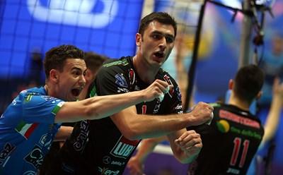 Соколов (в средата) се радва след поредната си мощна атака в полето на най-титулования руски отбор.