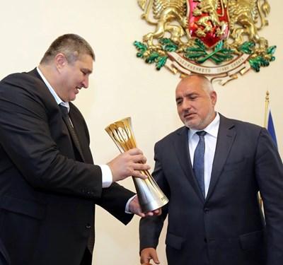 Вицепрезидентът на федерацията по волейбол Любомир Ганев занесе трофея на световното при премиера Бойко Борисов.  Снимка: МС