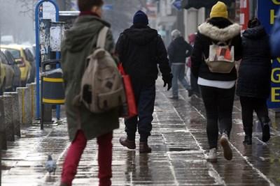 Столичните тротоари бяха силно заледени в ранните часове вчера. Хората се придвижваха с особена предпазливост, но това не успя да предпази всички от падане. СНИМКА: ВЕЛИСЛАВ НИКОЛОВ
