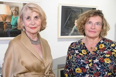 Мария Конакчиева (вляво) и френската посланичка Флоранс Робин на изложбата  СНИМКА: CREATIVE VISUAL SOLUTIONS