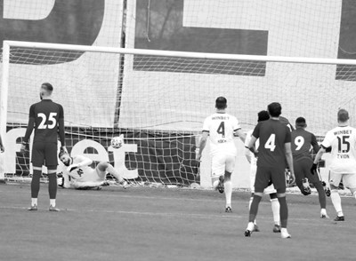 Топката опъва мрежата на бразилския вратар Бусато след копването и лекия параболичен удар на Димитър Костадинов.