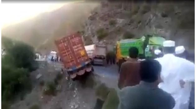 Камион надвисна над пропаст