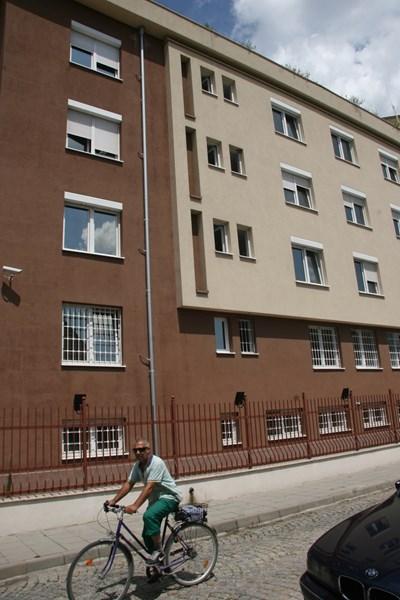 30-годишният мъж е скочил от малкото прозорче на предпоследния етаж на Шесто РУ в Пловдив. Снимки: Евгени Цветков