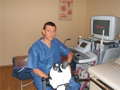 Д-р Ковачев в кабинета си, където преглежда пациенти. СНИМКА: АВТОРЪТ