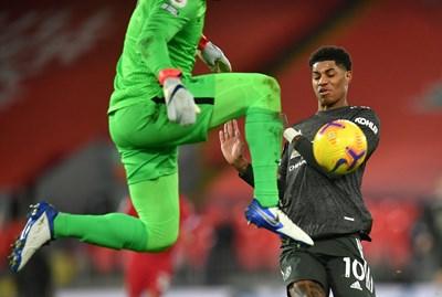 """""""Манчестър Юнайтед"""" измъкна 0:0 на """"Ливърпул"""" на """"Анфийлд"""""""