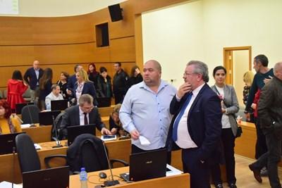 Николай Радев (вдясно) разговаря с шефа на съветниците от ГЕРБ Йордан Илиев.