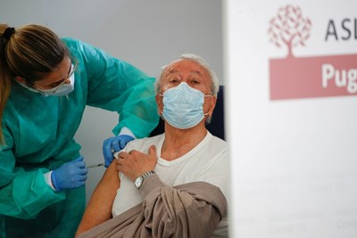 """Сестра ваксинира италианец с """"АстраЗенека"""" във Фазано.  СНИМКА: РОЙТЕРС"""