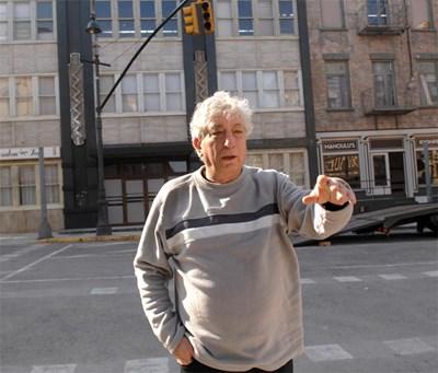 Продуцентът разказва за студиата в Бояна сред декорите на нюйоркската столица. СНИМКА: Пиeр Пeтров