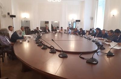 Босия (вторият от ляво на дясно с дългата бяла коса) напусна първото заседание на временната комисия, създадена да работи по неговия казус. Снимка Авторката