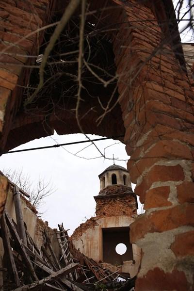 """Черквата """"Успение на Света Богородица"""" в Калиманица е без покрив."""